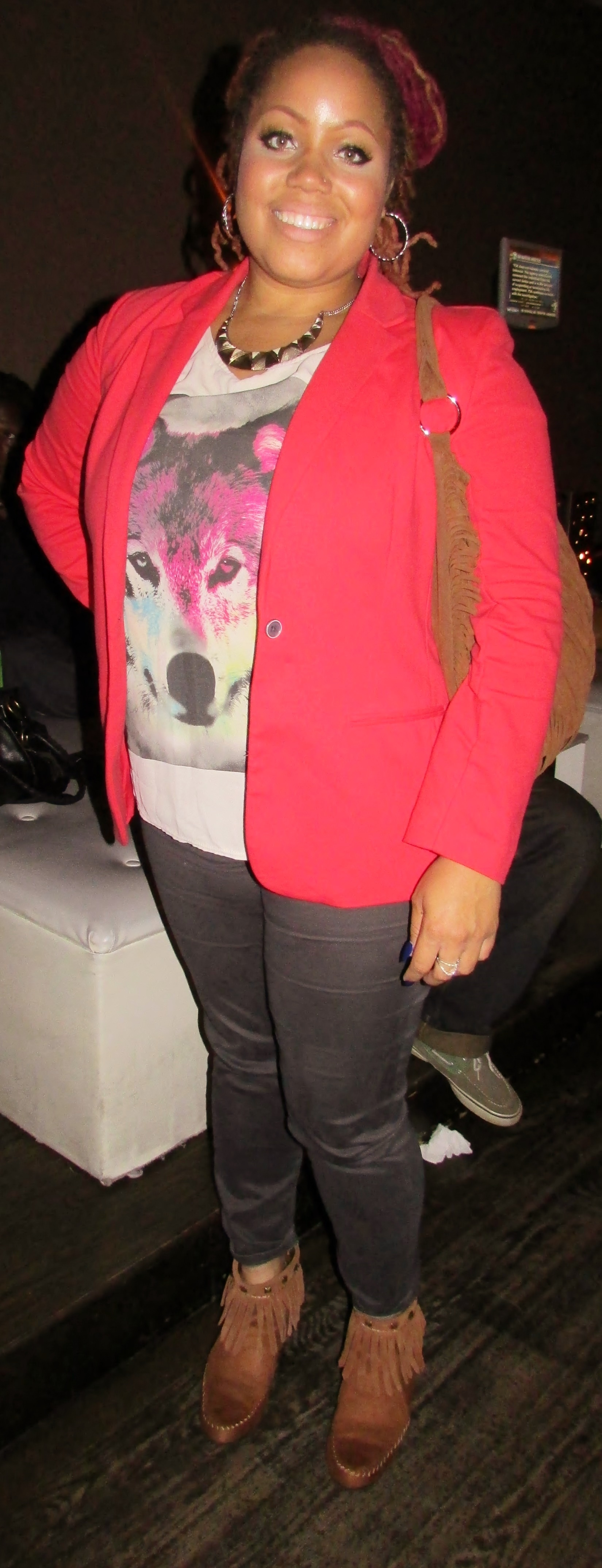 I love a graphic tee a blazer. Without being to matchy, she neutralizes the bottom of the outfit with grey and brown. Balance is key!