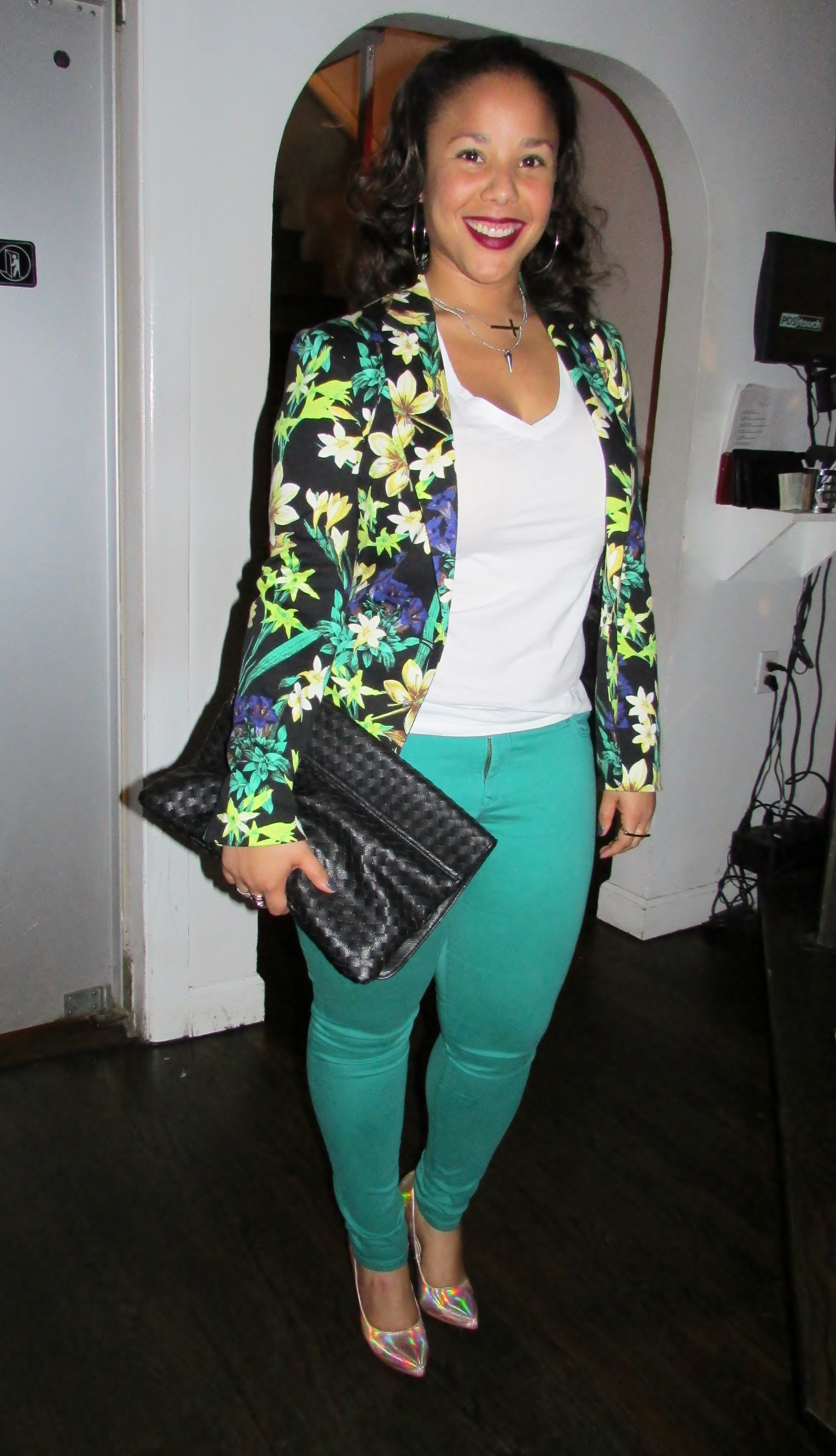 This beautiful lady added a floral blazer and white tee to iridescent pumps and skinny jeans. A basic white tee can aid the making of a perfect outfit.